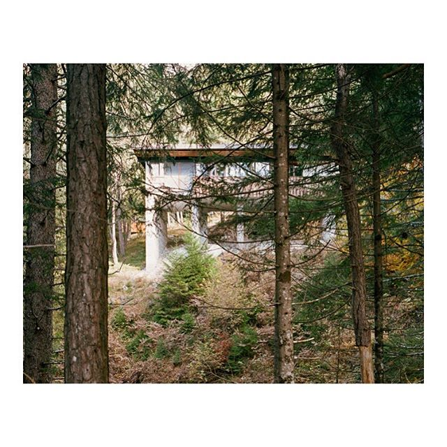 Atmosphériques narratives co-founder @giaimemeloni is currently searching in the work of the great italian architect Edoardo Gellner his way to build atmospheres in the Borca di Cadore's Village: « I went beyond architecture: I have used nature as a matter of the project ». This images are exhibited @librairieVolumeuntil 2 march #progettoborca#edoardogellner #giaimemeloni#villaggioeni @dolomiticontemporanee #architecture #modernism #modernist